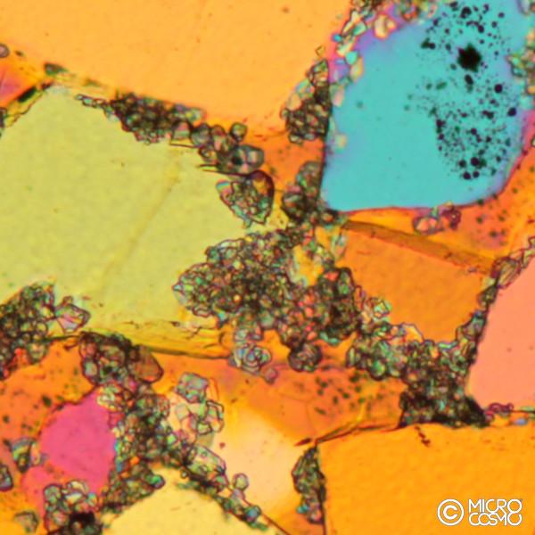 cristalli di quarzo al microscopio polarizzatore