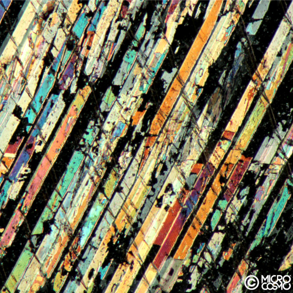 bande colorate dovute alla geminazione della calcite